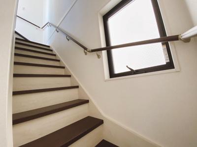 手すり付きでゆるやかな階段は上り下りも安心です。小窓からの採光もあって暗くなりにくい
