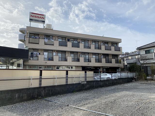 小田急線「柿生」駅・田園都市線「市が尾」にアクセス可能な最寄りバス停より徒歩1分!スーパーやコンビニが近くて便利な立地の3階建てマンションです♪