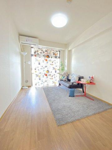 バルコニーに繋がる東向き角部屋二面採光洋室6帖のお部屋です!出窓には写真や小物を飾れるので、お部屋が華やぎますね☆※参考写真※