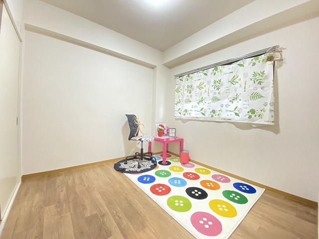 角部屋二面採光洋室4.5帖のお部屋です!子供部屋や書斎・寝室など多用途に使えそうなお部屋です♪お部屋には収納スペースを完備しています☆※参考写真※