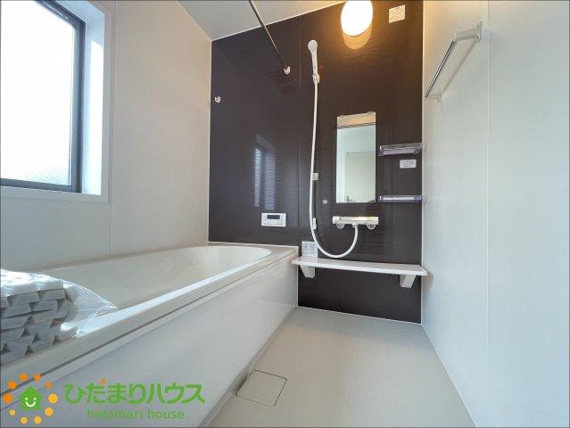 アクセントクロスがオシャレな浴室♪足を伸ばしてゆっくり過ごせます♪