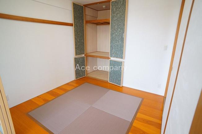 【和室4.5帖】廊下とリビングの2WAY♪押入れ完備です♪
