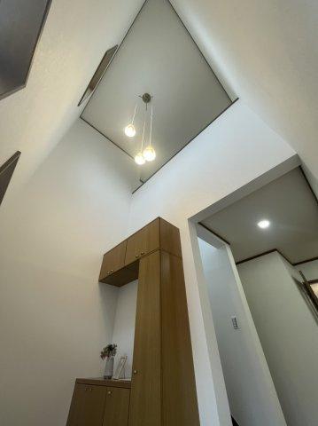 吹き抜けになっており、開放感のある玄関スペース!