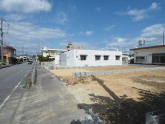 【前面道路含む現地写真】沖縄市大里全2号棟 1号棟