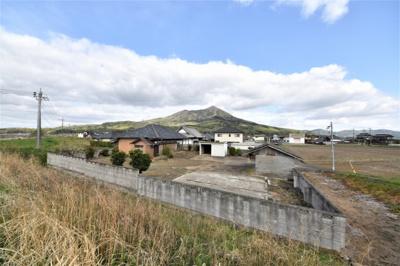 筑波山を仰ぎ見るロケーション、敷地296坪。 敷地西側は桜川土手が走っています。