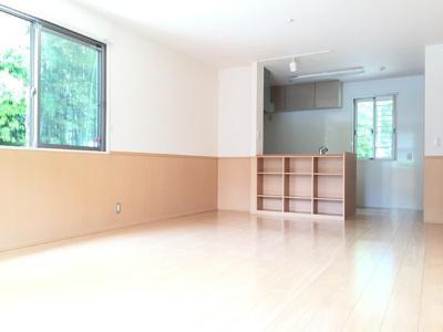 対面キッチン 壁側にはパントリー収納もあります