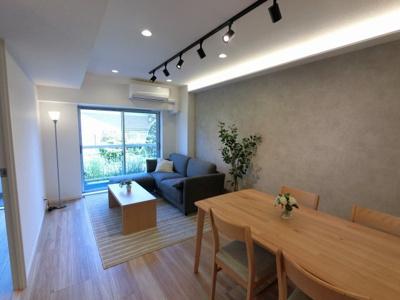 11.8帖のリビングは快適に過ごせるエアコン新設♪ ダイニングテーブルやソファー、ローテーブルなどの家具もしっかりと配置できます。