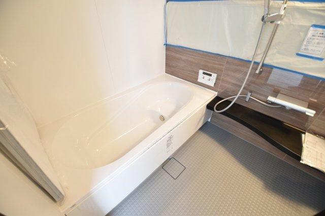 一日の疲れをゆっくりと癒すためのお風呂場は一坪タイプで足を延ばしてゆっくり入れます。