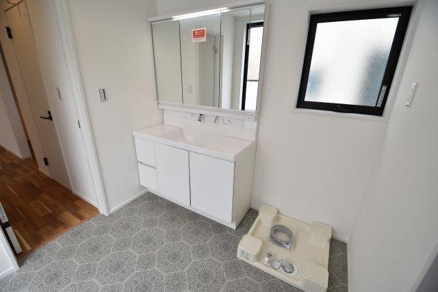 三面鏡付きの独立洗面化粧台!シャワーノズルや鏡のくもり止め機能など機能性とデザイン性に拘ってセレクトしました!
