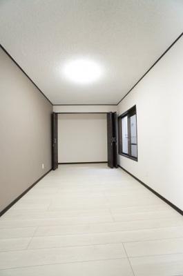 【南側洋室約7.5帖】 居室にはクローゼットを完備し、 自由度の高い家具の配置が叶うシンプルな空間です。 お子様の成長と必要になる子供部屋にするには ぴったりの間取りですね。