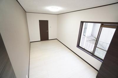 【北西側洋室約7.5帖】 メインバルコニーに面する居室は 明るく広く主寝室向きです。 また、ウォークインが出来るクローゼットも完備。 荷物も部屋に溢れる事なく広く使えそうですね。
