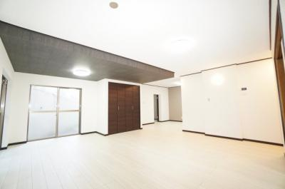 【2面バルコニー&テラス】 南側バルコニー&テラスに面した 2面採光のリビング。 お気に入りの家具が映える空間。 ダイニングテーブルやソファなども配置もしやすく 空間を最大限に活用できます。