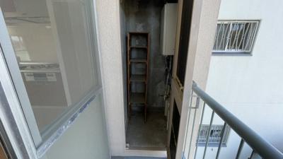 バルコニーに収納スペースがあります。