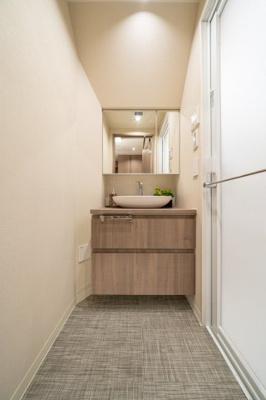 洗練されたデザインの洗面台でお出かけの準備も捗りそうです。
