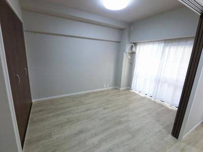 6.0帖の洋室は主寝室にいかがでしょうか。 バルコニーに面しており日当たり◎