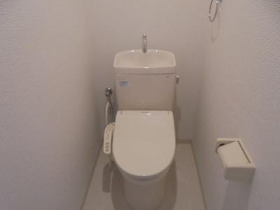 ≪トイレ≫温水洗浄便座付きトイレです。