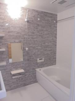 ≪浴室≫アクセントパネルがお洒落な寛ぎのバスルーム。浴室換気暖房乾燥機・追い焚き機能付きです。