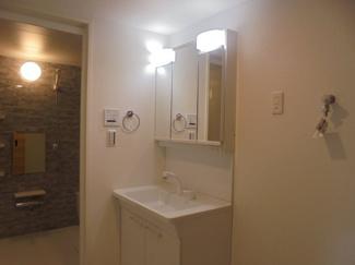 ≪洗面室≫身嗜みと小物収納に便利な3面ミラータイプの洗面ドレッサーです。