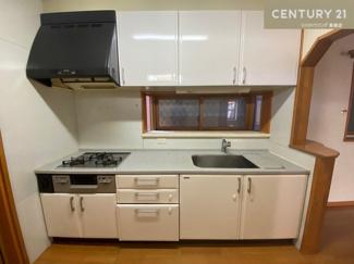 3口コンロの使い勝手のよいキッチンです。 料理が楽しくなりそうなキッチンスペースには 勝手口も付いています。