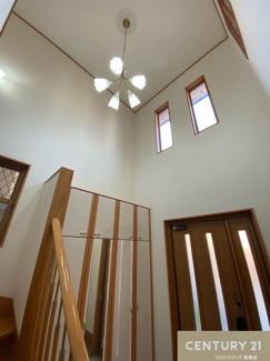 吹抜けのある玄関は開放的で天窓からの明かりもたくさん差し込みます。