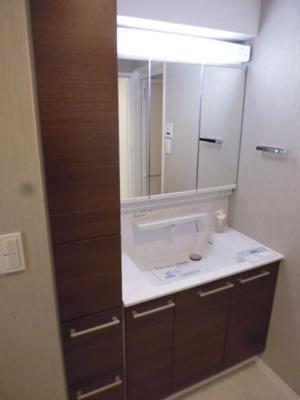 もちろん、新規洗面台です。歯ブラシを無くすほど広々したパウダールームです。朝の混雑も余裕の空間。キッチンと隣接しているので奥様の朝の忙しい時も重宝して頂けるでしょう。