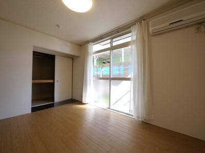 床を張替え済みでキレイな洋室