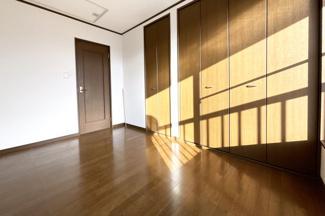 こちらの物件には、お部屋が《4室》ございます。3階のお部屋はクローゼットも完備されておりスペースが広く使えますね。