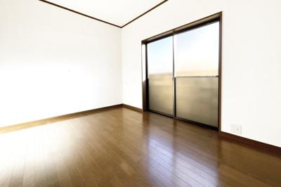 前道は6mあり交通量の少ない閑静な住宅街です。運転が苦手な方でもラクラク安心です。