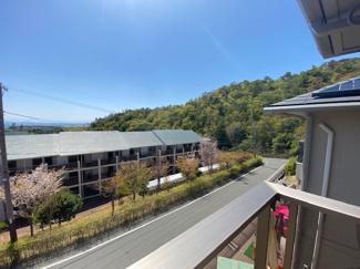 バルコニーからの眺望です♪お山も見え緑豊かで季節も感じられる眺望です(^^)