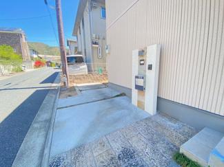 玄関横の駐車スペースです♪ハイルーフ車も駐車可能です!!
