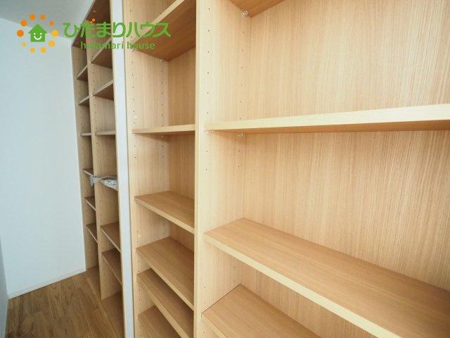 リビングの隅の収納スペースは本棚になっています。