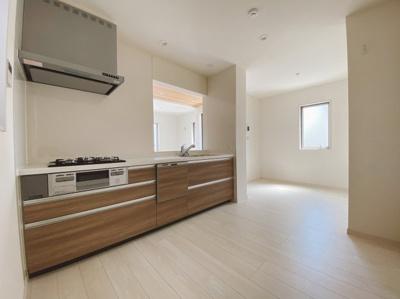 食洗機付きキッチンはリビングが見渡せるキッチンで家族のコミュニケーションもしっかり取れます。 シンプルで使いやすいキッチンを採用しています。シンクの広さも充分なので食器を洗うときも作業しやすい!