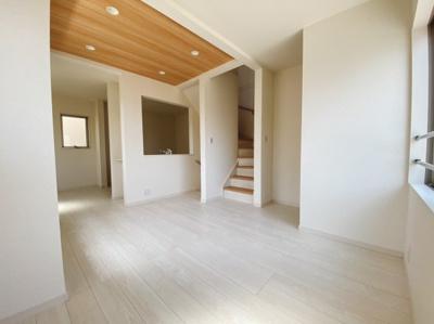 自然光がしっかり入るリビングは4面採光で気持ちよくおくつろぎいただけますね。シンプルで飽きの来ない色合いを基調としているので置く家具の色やカーテンの柄を選びません。