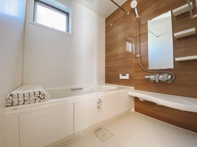 落ちついた色合いの浴室は半身浴も出来て一日の疲れをリフレッシュするのによいですね。 窓からの採光もしっかりあって湿気対策もばっちり。毎日のバスタイムを気持ちよく満喫できますね。