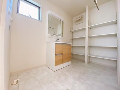 この収納スペースに驚きです。清潔感のある白を基調とした洗面室は小窓からの採光で明るく、風通しがいいので湿気対策も考慮されています。シンプルな洗面台は収納力だけでなくシンクも広いです。