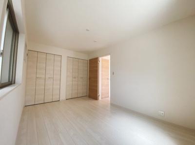3階には居室を2部屋ご用意。1階にも居室があり、3LDKの間取りです。シンプルな色合いだから家具やカーテンの色合いを選びません。