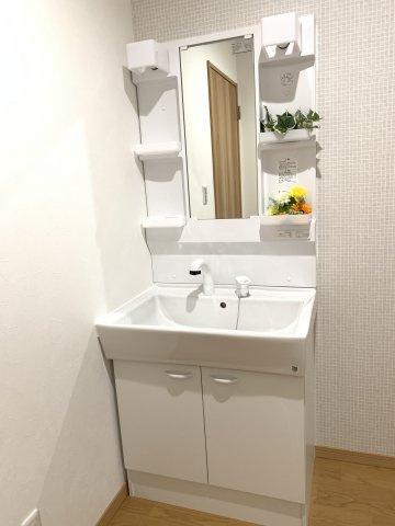 シャワー付洗面化粧台です。ドライヤーなどが収納でき散らかることなくキレイな洗面室が保てます。
