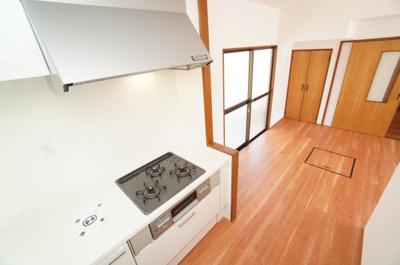 【キッチンルーム】 独立キッチンでも、リビングから続く オープンキッチンスペースになるので、 家族の様子も伺えます。 それに加えて、急な来客にも慌てない! 独立したキッチンの良さですね!