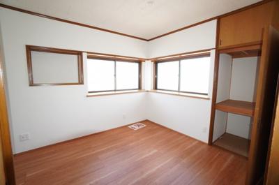 【洋室約6.5帖】 北と東のコーナー出窓と西側窓の 3面採光! 2つの収納もあり本物件最大の居室となっています。 主寝室としても使える広さがあり、 大型の家具を置くなどしても使い勝手は良さそうです。