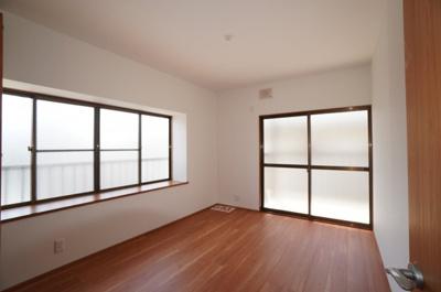 【東側洋室約6帖】 メインバルコニーに面する本居室にはクローゼットを完備し、 自由度の高い家具の配置が叶うシンプルな空間です。 お子様の成長と共に必要になる 子供部屋にもぴったりの間取りですね。