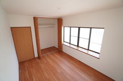 【東側洋室約6帖】 たっぷり収納! コートやスーツだけでなく、収納棚を中にしまえば ニットやパンツも中にしまえて お部屋をすっきりとお使いいただけます! お部屋のコーディネートと幅が広がります♪