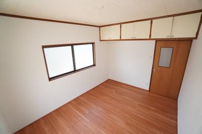 【西側洋室約6帖】 2面採光の本居室は、収納スペースを 居室入口の上部にまとめて 居室の広さを保ちました。 どんな部屋にも使える、オールマイティーな 居室があるのは、生活にゆとりが出ます!