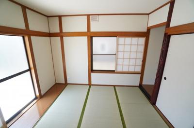 【Japanese-style room】 リビングに隣接した和室。 冬はコタツを置いたり、優しい畳の感触は 赤ちゃんのお昼寝にもぴったりです! 居室スペースとしてだけでなく、 客間としても十分。