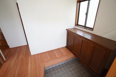 【玄関】 人を迎え入れる最初の場所だからこそ、 清潔感があり纏まった空間にして頂ける様に ゆとりあるシューズBOXを設置しました。 普段使用する物は、扉の無い下部へ そのままダイレクトイン。