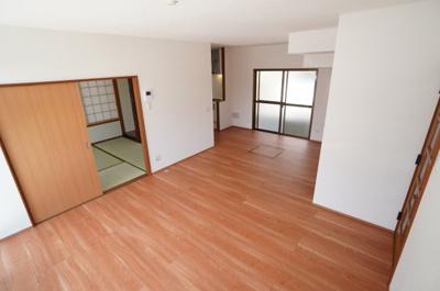 【約14.5帖のLDK】 キッチン・ダイニング・リビングと使い分け し易い間取りです。 階段下の収納庫はLDK側から出し入れ出来るように なっています。 また、ダイニング部分には南西向きの掃出し窓。
