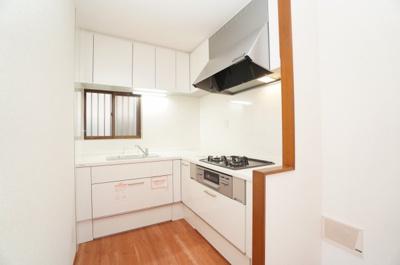 【キッチンルーム】 リビングダイニングスペースを広く取れる壁付けL字型システムキッチン。 家事の動線を考えるとキッチンの横に すぐダイニングテーブルを配置することができて 便利ですね。