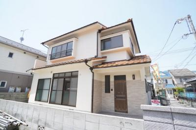 【外観】 切妻屋根と寄棟屋根を合わせ、 メンテナンス性と居住性を損なわない作りとなっています。 今回のリフォームにて外壁等の塗装も一緒にやり替えました。 今後、15年から20年ぐらいは心配無いですね!