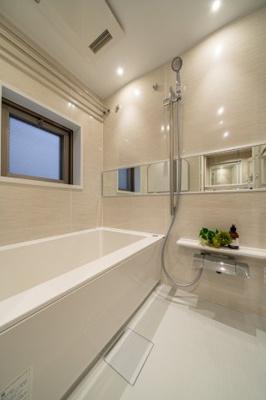追焚機能・浴室乾燥機付ユニットバス新規交換済。嬉しい窓付き。