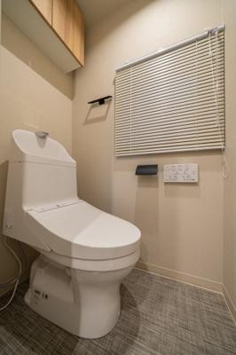 ウォシュレット一体型トイレ新規交換済、窓付で換気もバッチリ。