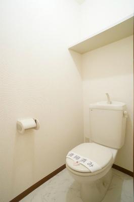 人気のバス・トイレ別です♪上部にはトイレットペーパーなどの小物を置ける棚付きです♪トイレが独立していると使いやすいですよね☆